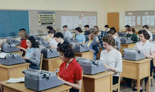 30 Vintage Photographs Capture Scenes of High School Typing Classes