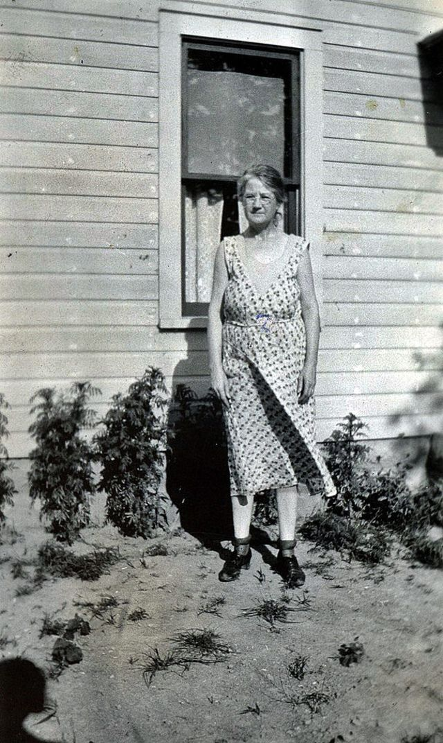 30 Elegant Found Snaps Show What Women Of The Us Wore In The 1930S  Vintage News Daily-3942